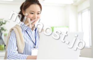 パソコンをする笑顔な女性
