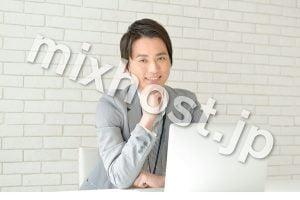 パソコンをするスーツを着た男性