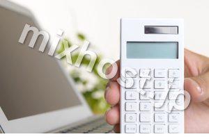 パソコンと白い電卓