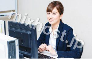 パソコンをするスーツの女性