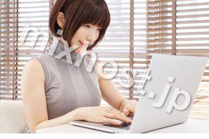 パソコンするショートヘアーの女性