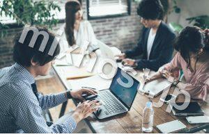 4人がパソコンをしているオフィス